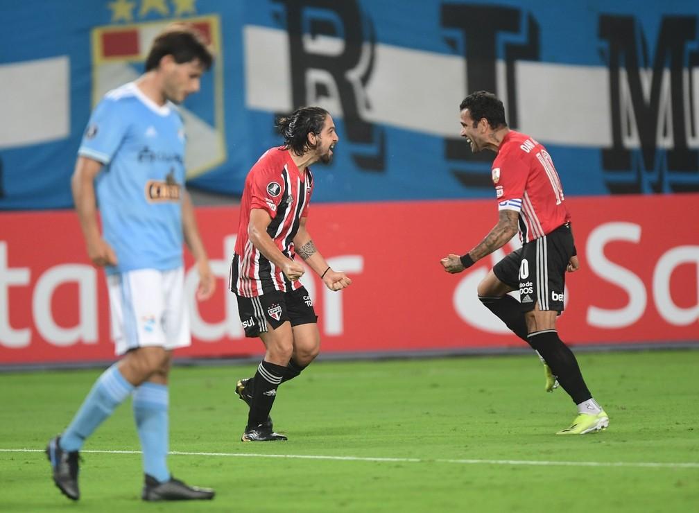 Benítez comemora gol do São Paulo ao lado de Daniel Alves — Foto: Staff Images / CONMEBOL