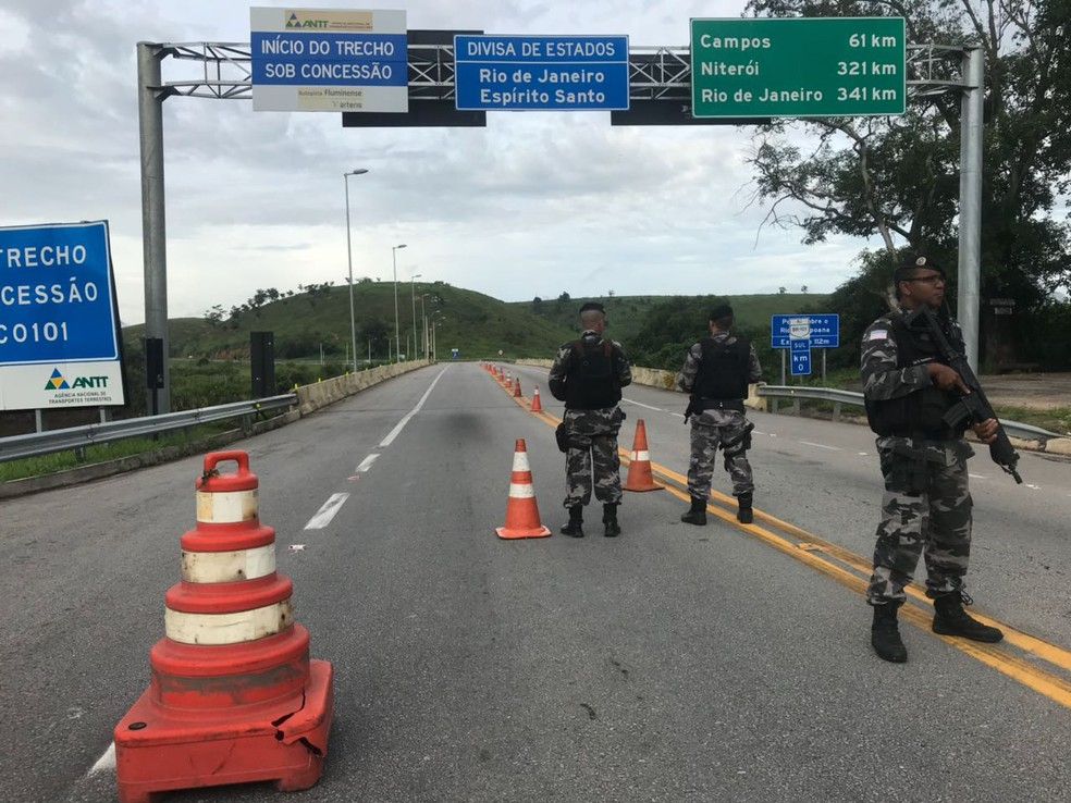 Polícia durante o primeiro dia de reforço de segurança na divisa do Espírito Santo com o Rio de Janeiro (Foto: Matheus Martins/ TV Gazeta)