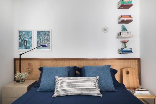 Os quadros azuis são de batique e foram adquiridos no Ponto Solidário, loja superbacana com uma pegada social. Para mim, o maior destaque foi a cabeceira da cama, feita de palhinha (Foto: Lufe Gomes / Editora Globo)