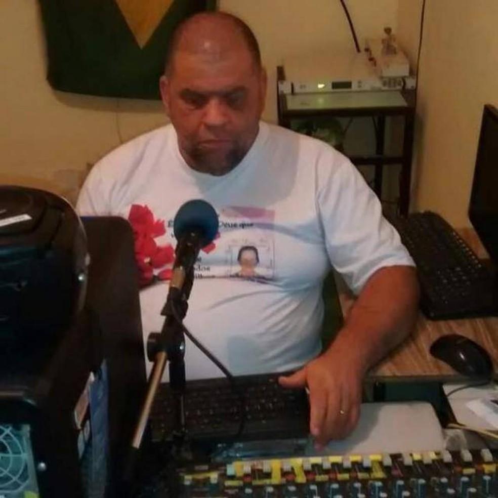 Agnaldo Lopes tem deficiência visual e cuida de uma web rádio. Na foto, ele aparece atrás de um microfone e está mexendo no computador. — Foto: Agnaldo Lopes/Arquivo pessoal