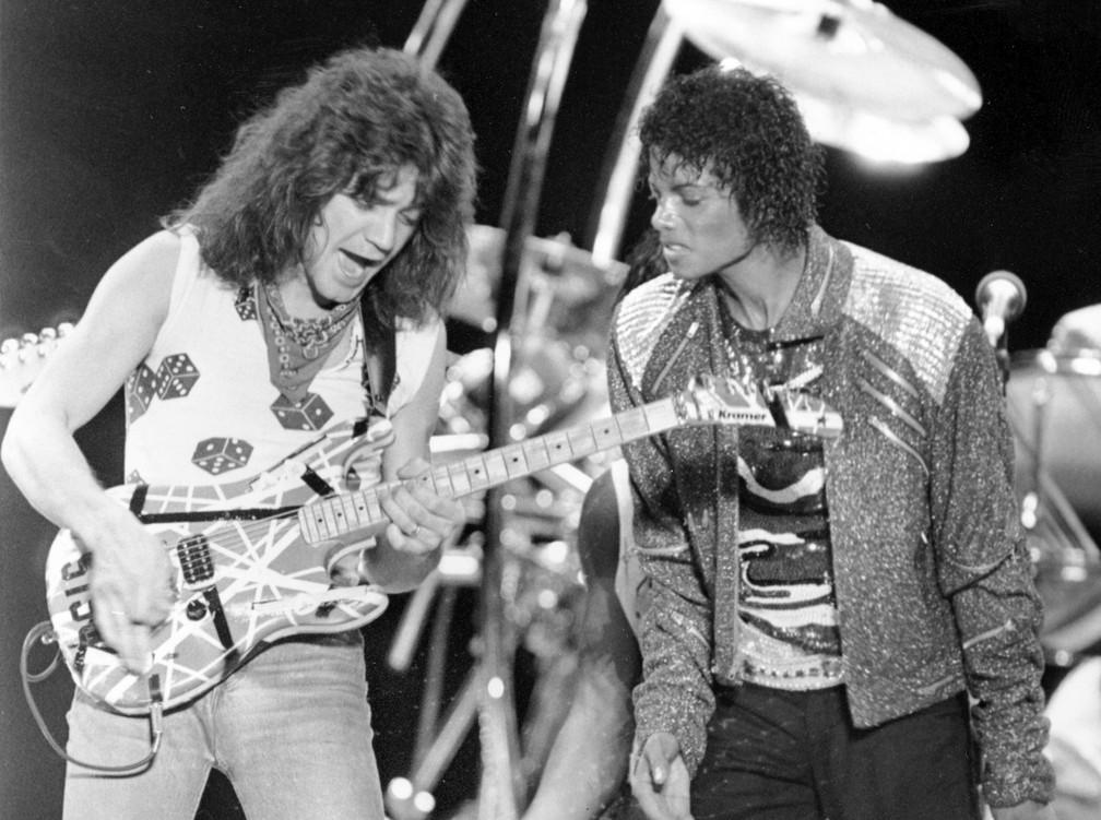 Foto de arquivo de 14 de julho de 1984 mostra Eddie Van Halen tocando 'Beat It' com Michael Jackson, em Irving, no Texas — Foto: Carlos Osorio/AP/Arquivo