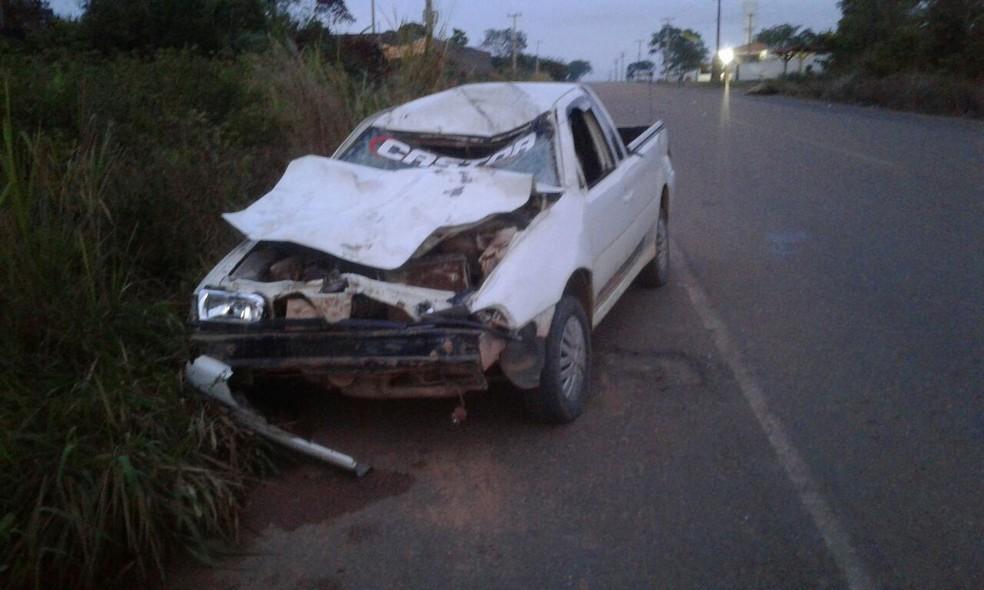 Carro ficou parcialmente destruído após bater em cavalos (Foto: Reprodução/Redes sociais)