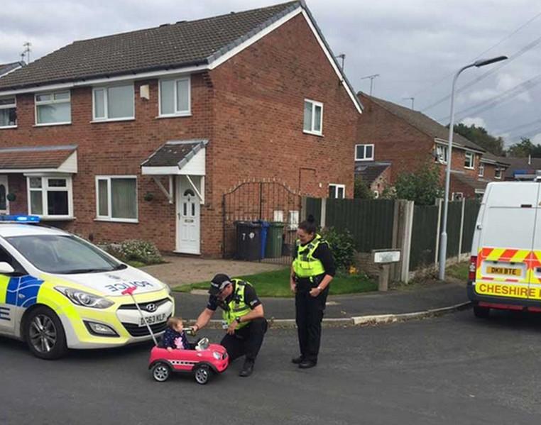 Menina foi 'parada' pela polícia e 'passou' por teste de bafômetro após ser vista dirigindo um carrinho de brinquedo de forma errática (Foto: Cheshire Police)
