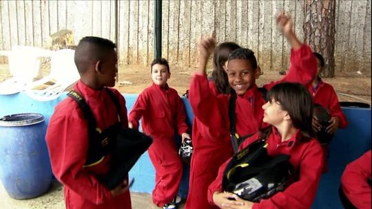 Crianças de escolas públicas de Guarulhos correm de kart pela primeira vez