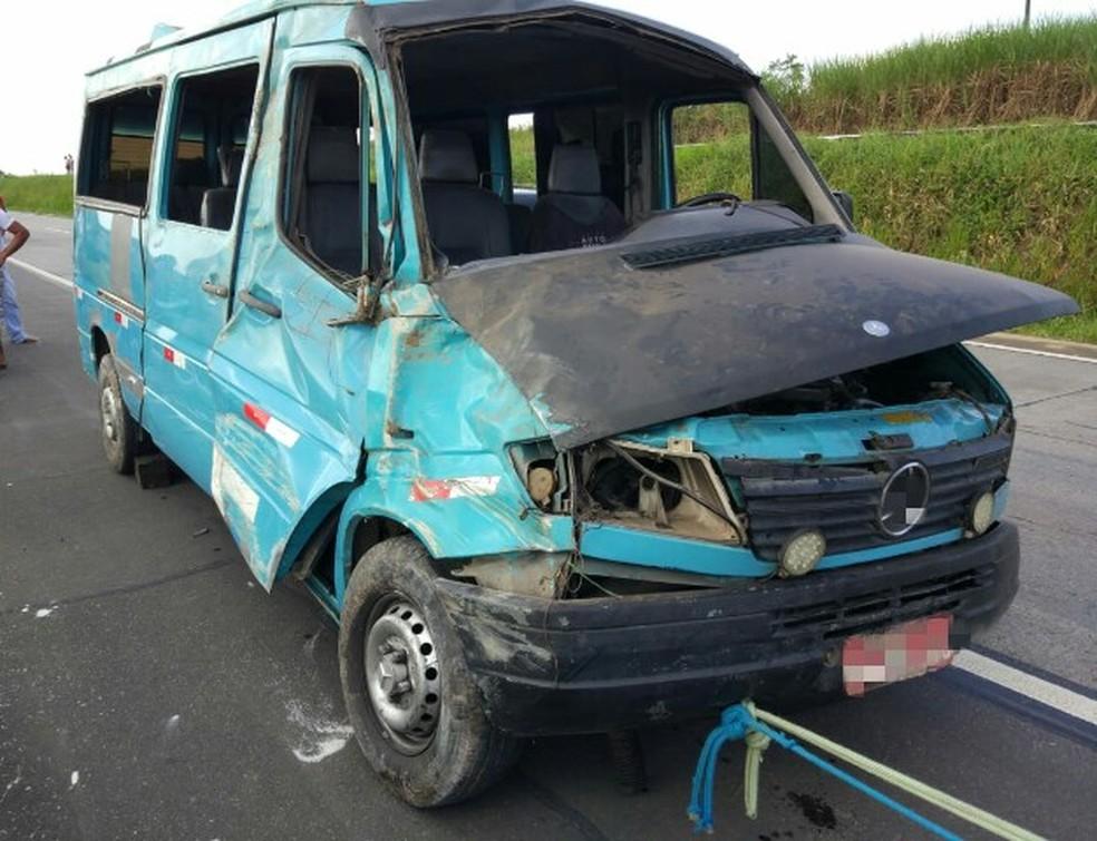 Van tombou na BR-101, em Ribeirão, na Zona da Mata de Pernambuco, e ficou danificada (Foto: Polícia Rodoviária Federal/Divulgação)
