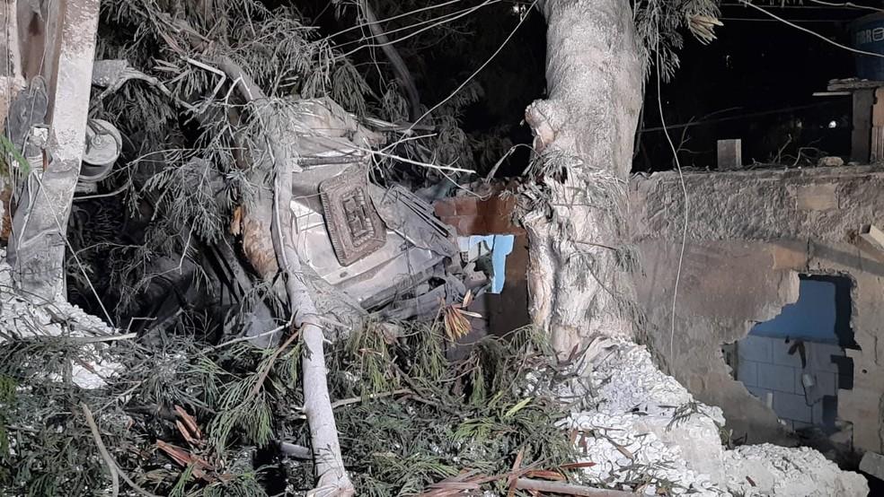 Cabine do caminhão ficou quase irreconhecível entre os escombros — Foto: Lucas Franco/TV Globo
