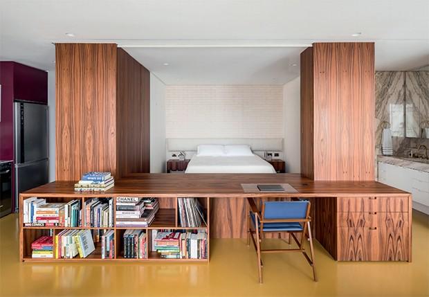 O arquiteto Fábio Rudnik, do escritório Pascali Semerdjian, cobriu o piso de todos os ambientes integrados com a base solvente Wandepoxy, cor Amarelo Pilar, da Coral (Foto: Ricardo Bassetti / Divulgação)