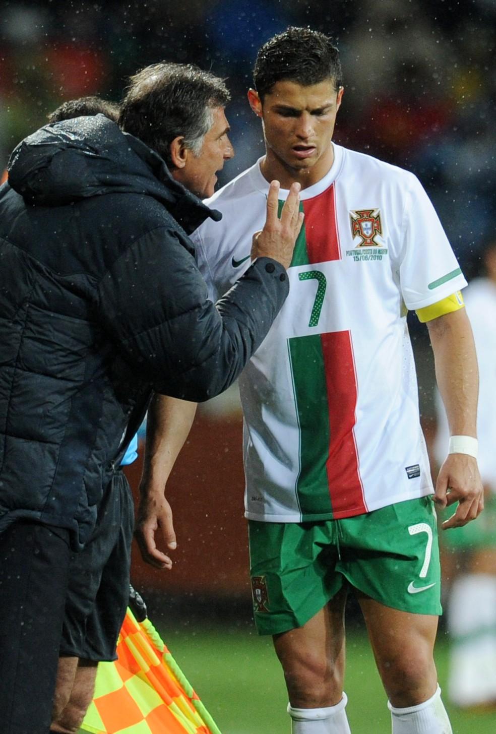 Cristiano Ronaldo e Carlos Queiroz, juntos por Portugal na Copa de 2010 e rivais na Rússia (Foto: FRANCISCO LEONG / AFP)