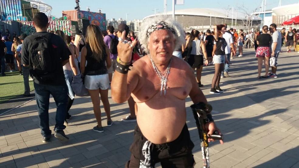Arkimedes Barbosa, de 64 anos, tirou a camisa contra o calor no Rock in Rio (Foto: Bruno Albernaz/G1)