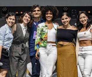 As protagonistas de 'As Five' com o autor da série, Cao Hamburger | TV Globo