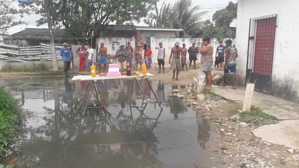 De acordo com os moradores, buraco foi visitado três vezes pela Compesa, que não resolveu o problema — Foto: Reprodução/WhatsApp
