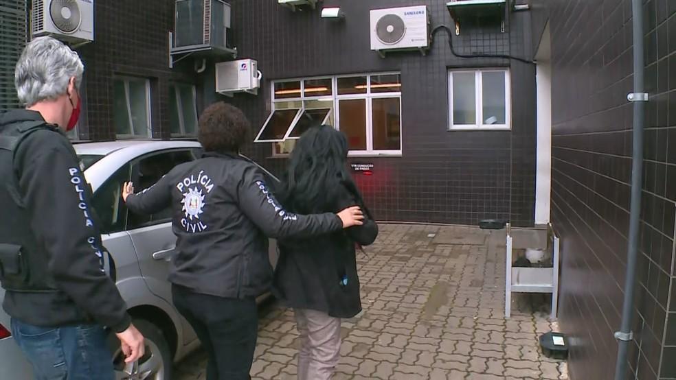 Mulher foi presa na manhã desta sexta-feira — Foto: Reprodução/RBS TV