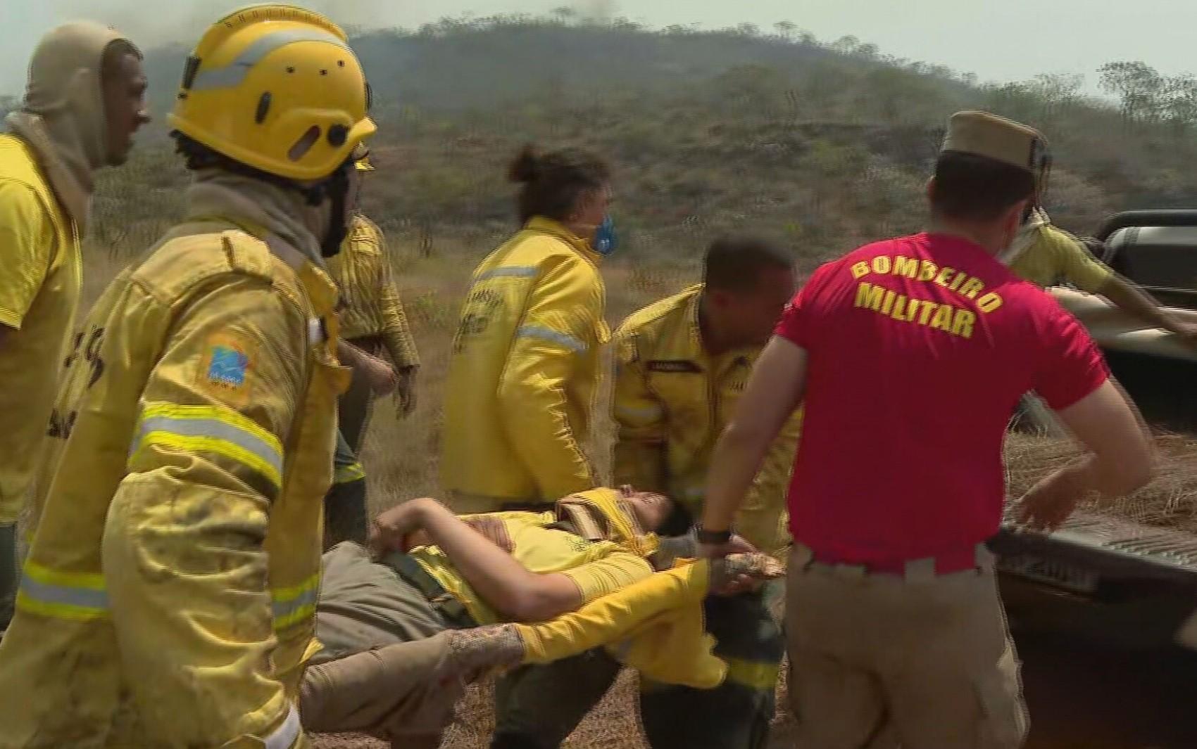 Brigadista fica ferida ao escorregar e cair em pedras durante combate ao incêndio na Chapada dos Veadeiros; veja resgate