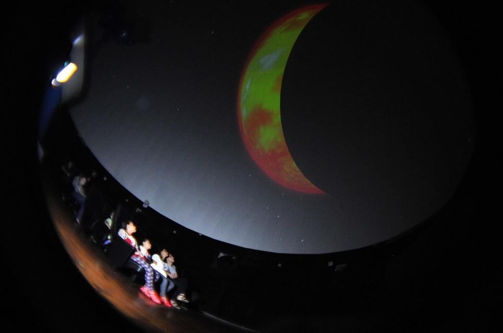Crianças assistem projeção em tela semiesférica do Planetário de Brasília — Foto: Toninho Tavares/Agência Brasília