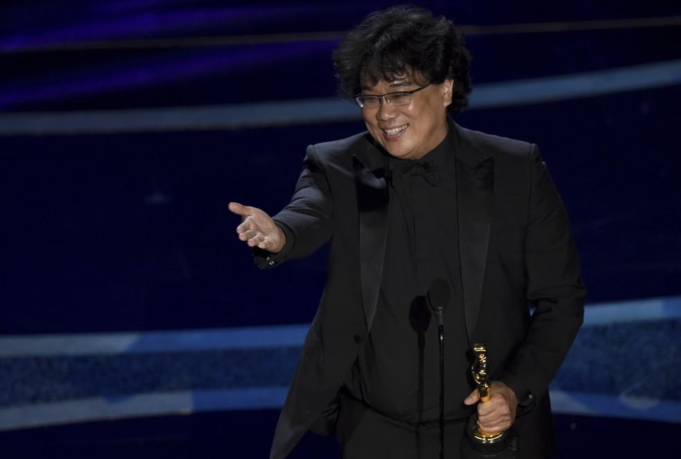 Bong Joon Ho recebe o Oscar de melhor diretor por 'Parasita' — Foto: Chris Pizzello/AP