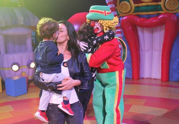 Suzana Alves leva o filho, Benjamin, para interagir com palhaços (Foto: AgNews)