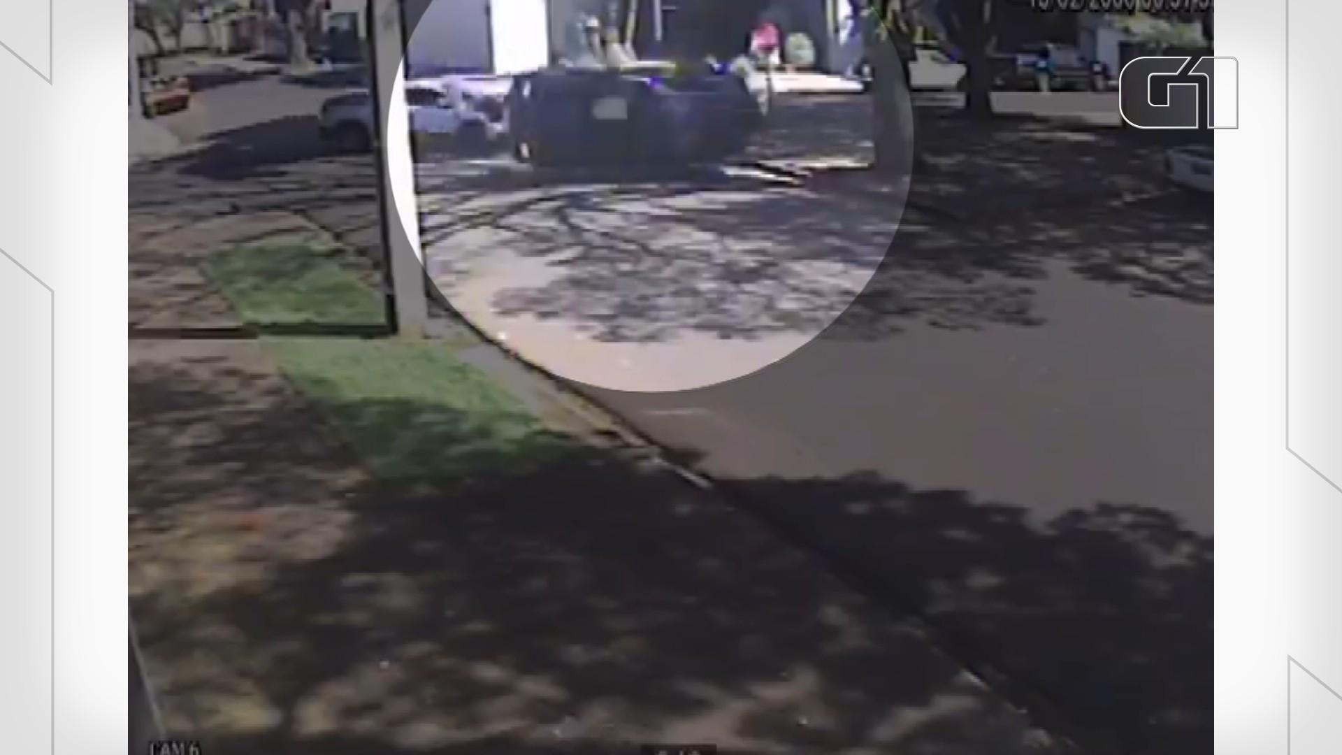 VÍDEO: Batida entre dois carros termina em capotamento em bairro de Maringá
