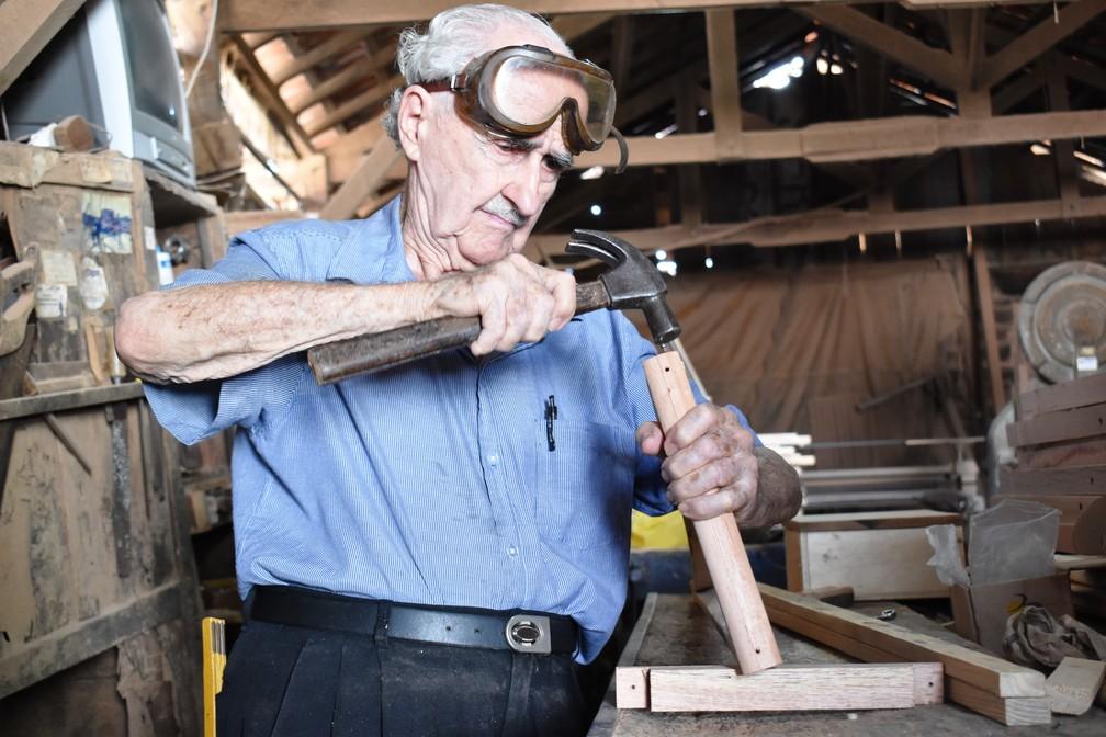 Carpinteiro faz e doa muletas há 48 anos em São Carlos  — Foto: Claudinei Junior/G1