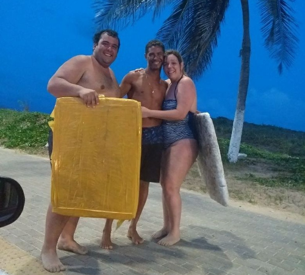 João Paulo (ao centro) usou duas tampas de caixas de isopor para salvar o casal de turistas na Praia do Forte, em Natal (Foto: Corpo de Bombeiros/Divulgação)