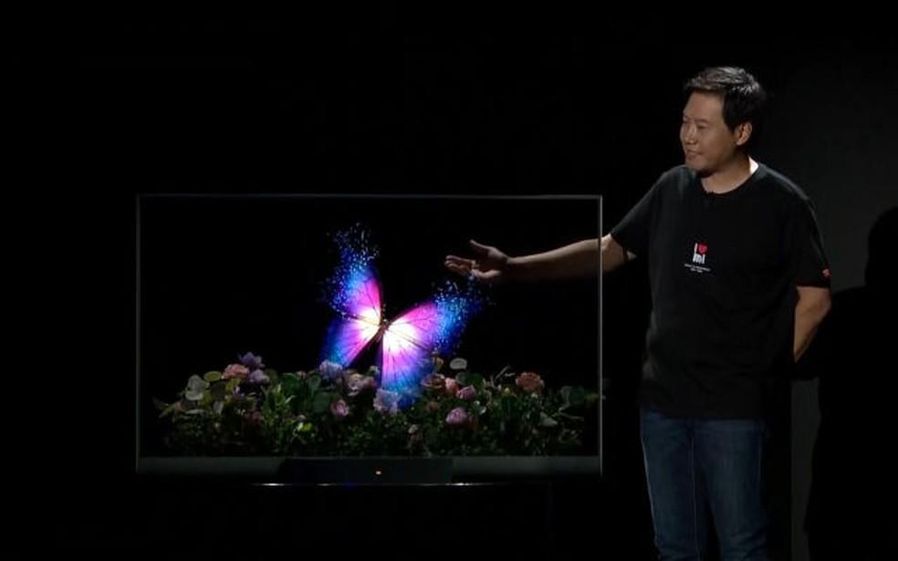 Mesmo com o display ligado, é possível ver através da TV — Foto: Reprodução/Engadget