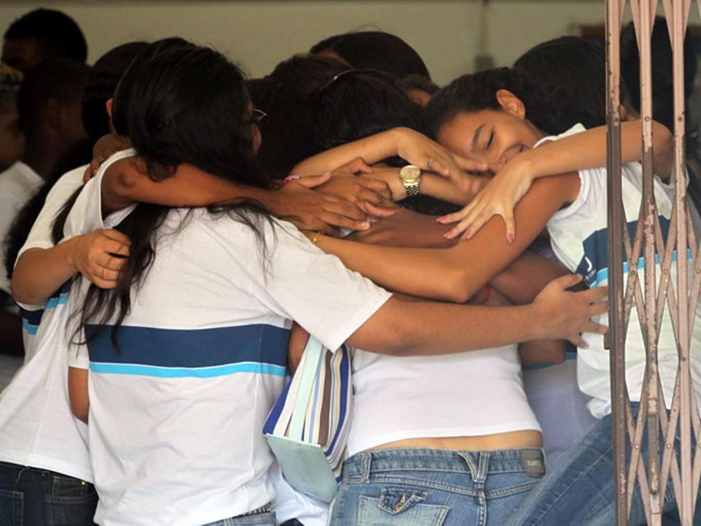 Estudantes se abraçam no retorno à Escola Municipal Tasso da Silveira, 11 dias após o crime, em 2011 — Foto: Fabio Motta/AE