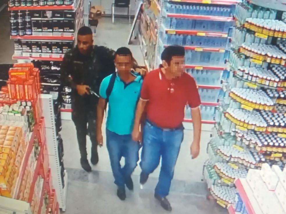 Funcionários de farmácia foram rendidos durante tentativa de assalto (Foto: Reprodução)