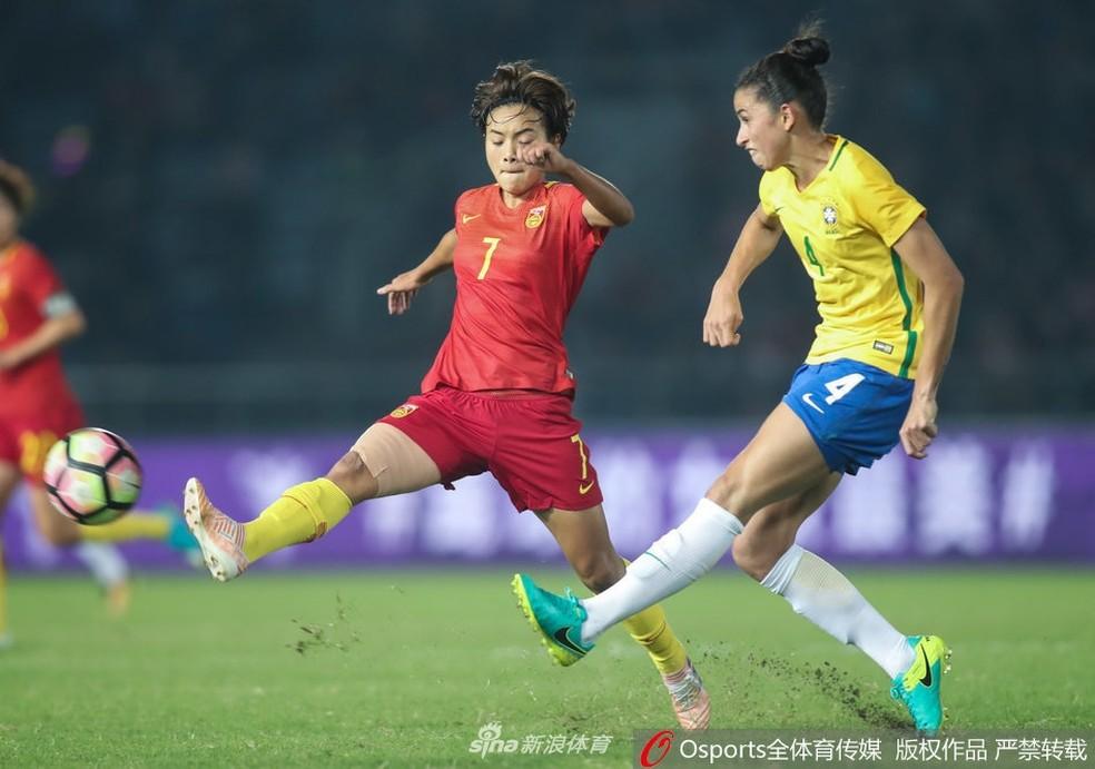 Rafaelle em jogada diante da China (Foto: reprodução Sina.com)