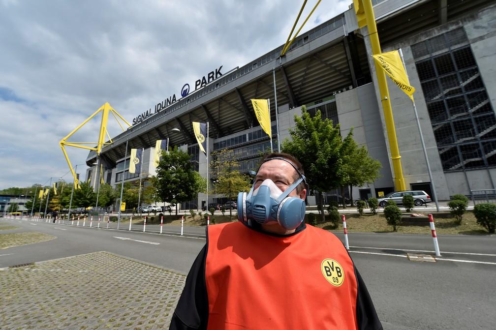 Máscara especial de trabalhador do Borussia Dortmund do lado de fora do Signal Iduna Park — Foto: Martin Meissner/REUTERS