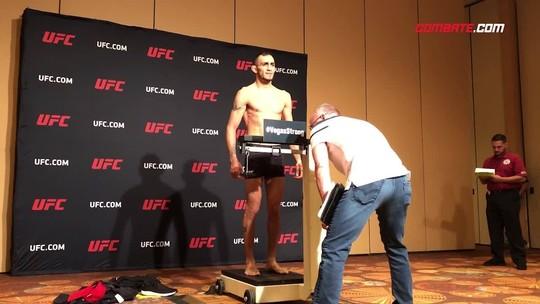 Com emoção: Lee bate peso na 2ª tentativa e confirma luta principal do UFC 216