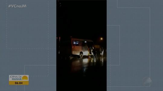Batida entre micro-ônibus e caminhão deixa 5 mortos e 13 feridos em rodovia da Bahia