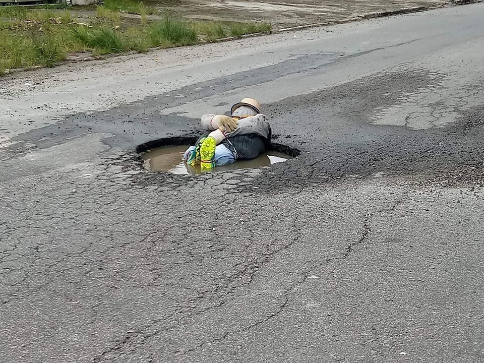 Boneco de pano chama atenção para buraco em avenida de Praia Grande, SP - Noticias