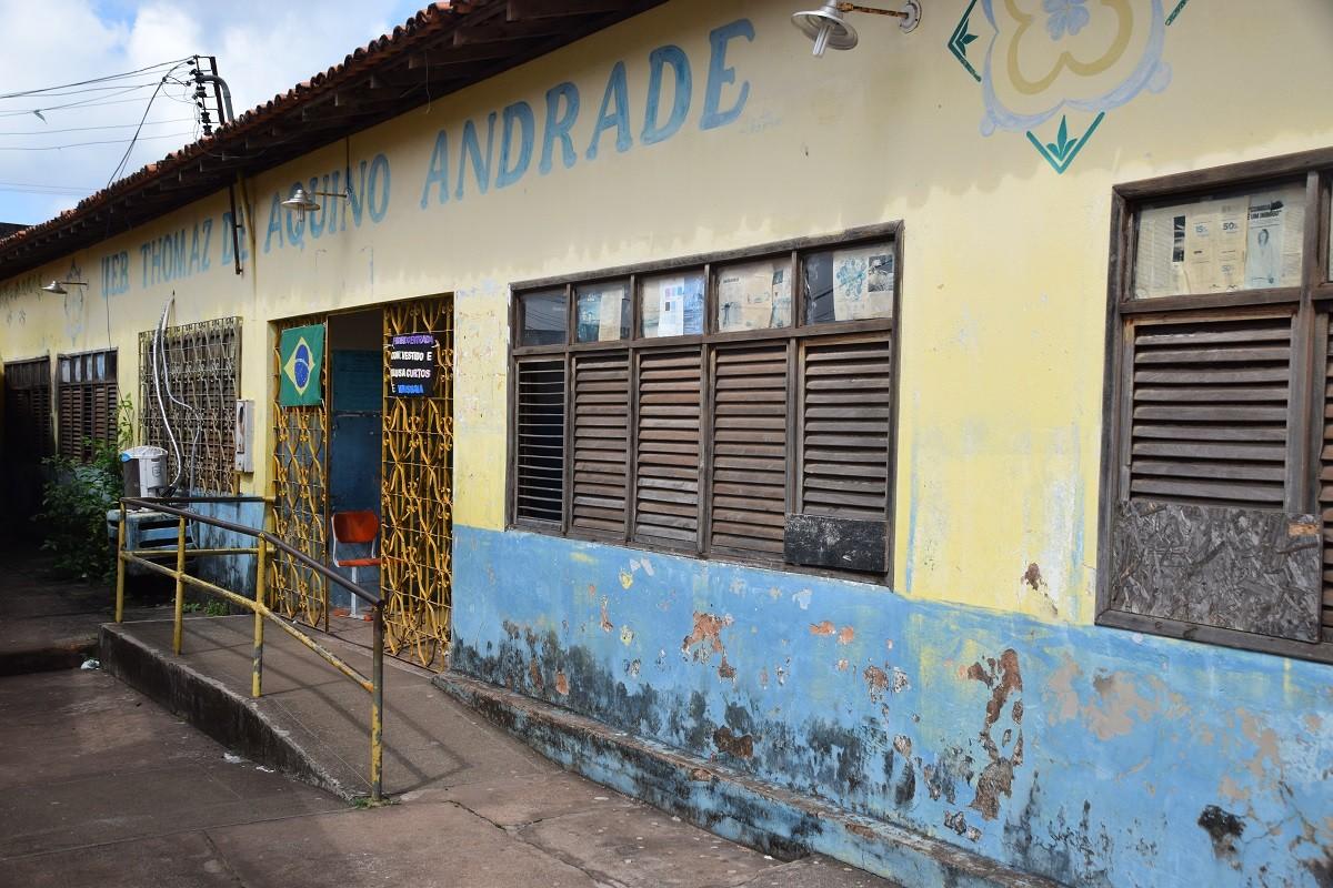Merenda escolar é colocada em secretaria e preparada ao lado de esgoto em São Luís