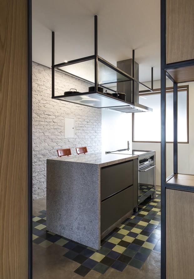 Cimento, madeira e muitas cores formam o mix charmoso deste apartamento (Foto: Maíra Acayaba )
