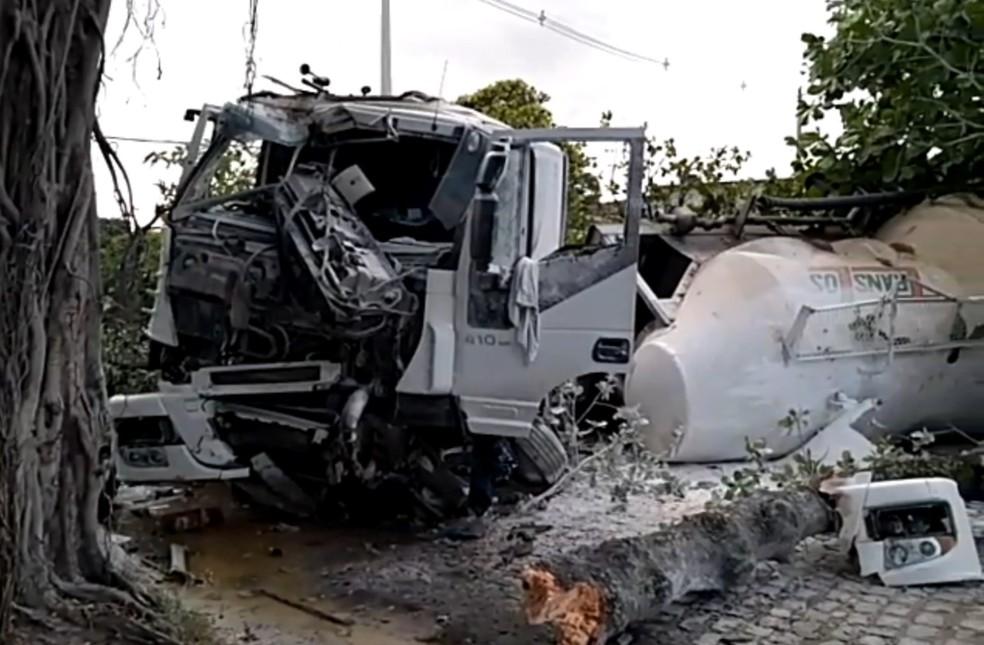 Caminhão colidiu contra árvores e quebrou bancos de praça no Engenho do Meio, na Zona Oeste do Recife — Foto: Reprodução/TV Globo