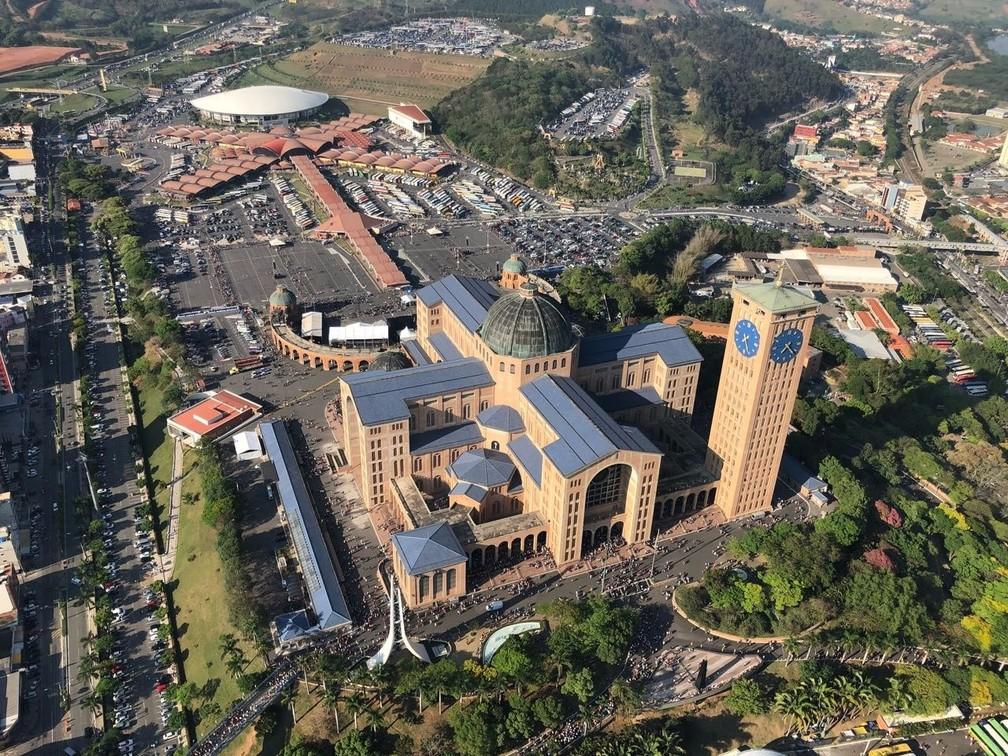 Do alto, imagem mostra lotação nos pátios da Basílica (Foto: André Rosa/TV Vanguarda)