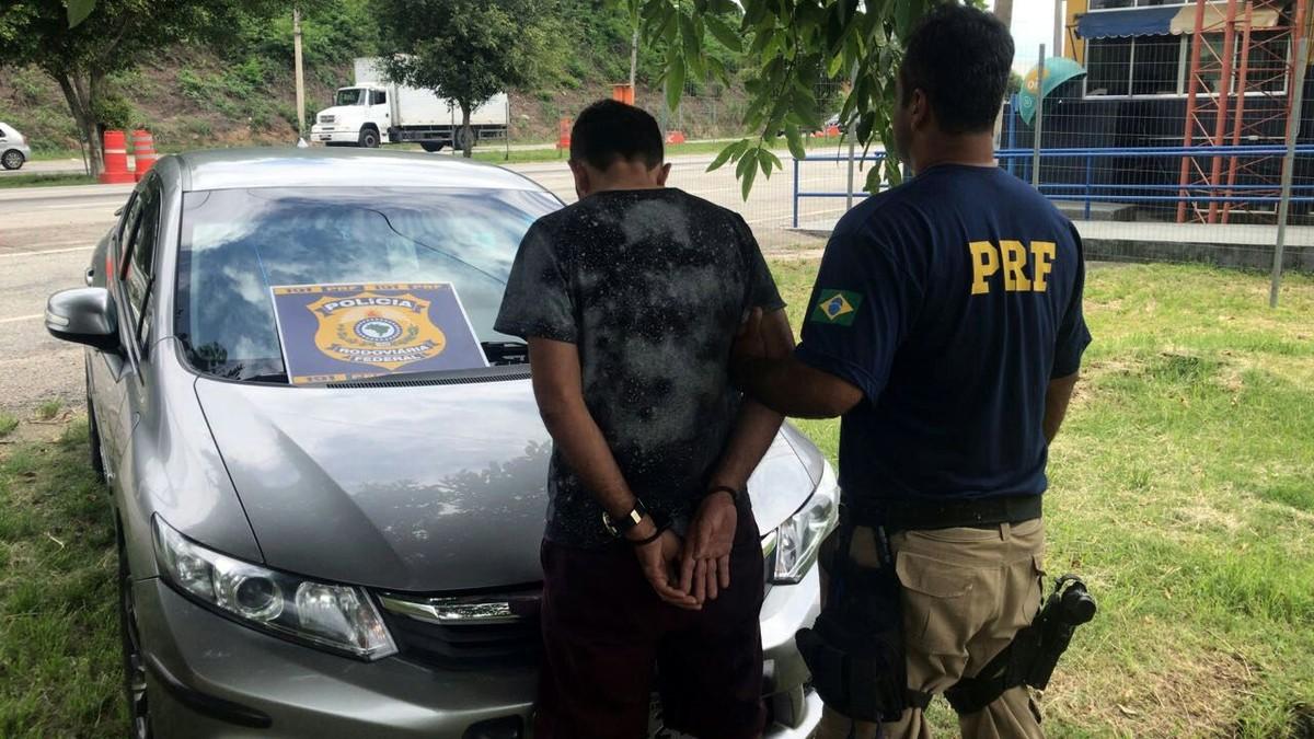 Homem é detido com carro roubado e placas clonadas na BR-101, em Rio Bonito, no RJ