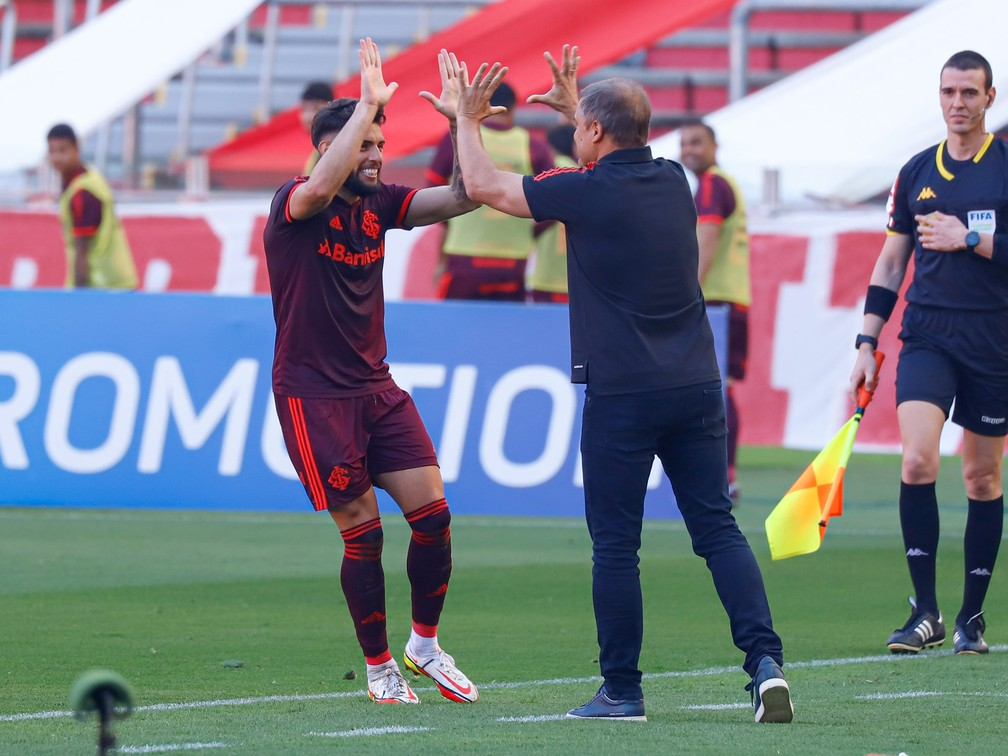 Yuri Alberto cumprimenta Diego Aguirre após marcar em Inter x Bahia — Foto: Maxi Franzoi/AGIF