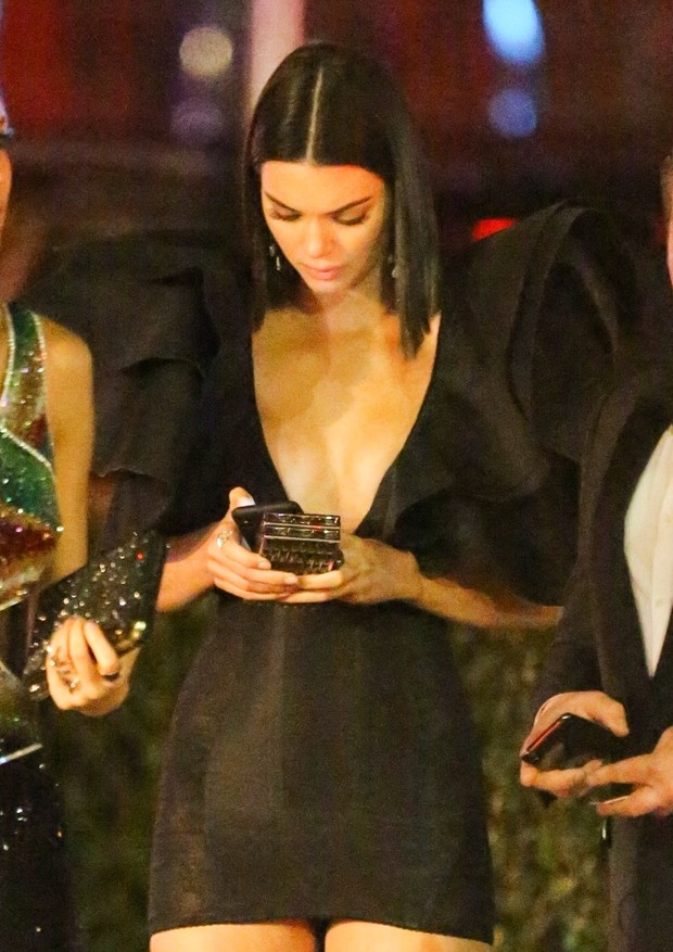 Los Angeles, CA  - Kendall Jenner exits the Vanity Fair Party in a statement dress. The supermodel waits for her ride with a friends after the star studded after party.Pictured: Kendall Jenner BACKGRID USA 4 MARCH 2018 BYLINE MUST READ: Max Lo (Foto: BACKGRID)