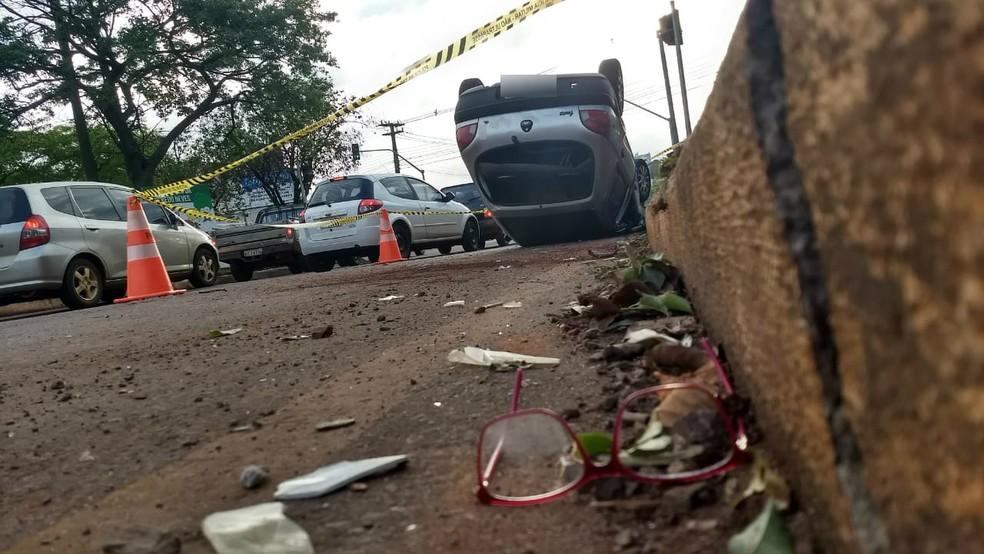 Com a batida, o outro veículo envolvido no acidente com o veículo da PF capotou; uma das ocupantes teve fratura na perna esquerda — Foto: Fernando Lopes/RPC