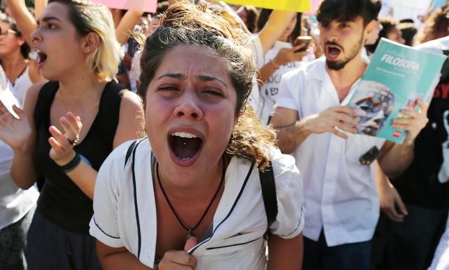 Estudante do Pedro II protesta contra cortes na Educação
