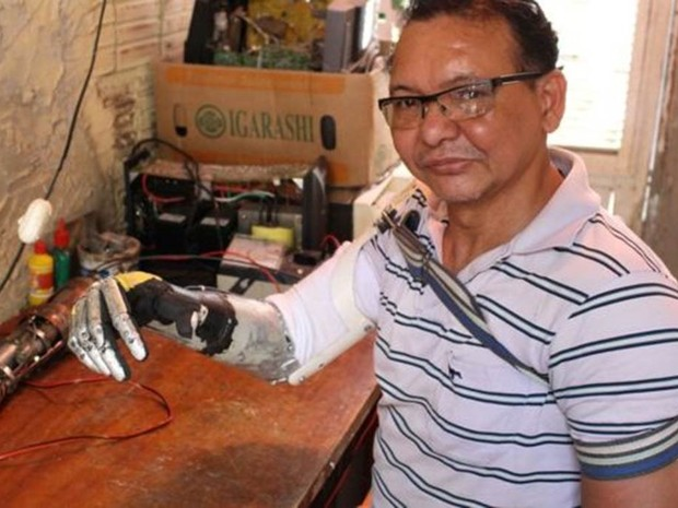José Arivelton Ribeiro teve o braço direito amputado e desenvolveu habilidade com a mão esquerda para produzir próteses  (Foto: Rafael Luis Azevedo/BBC)