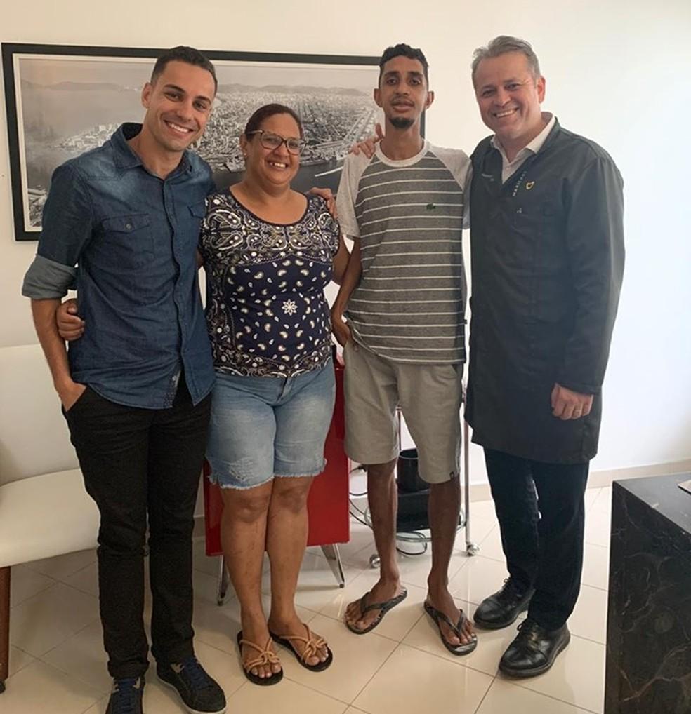 Maiko Santana, amigo de Cleiton, a mãe dele, Fabíola, Cleiton e o dentista Alessandro Silva, após a cirurgia — Foto: Maiko Santana