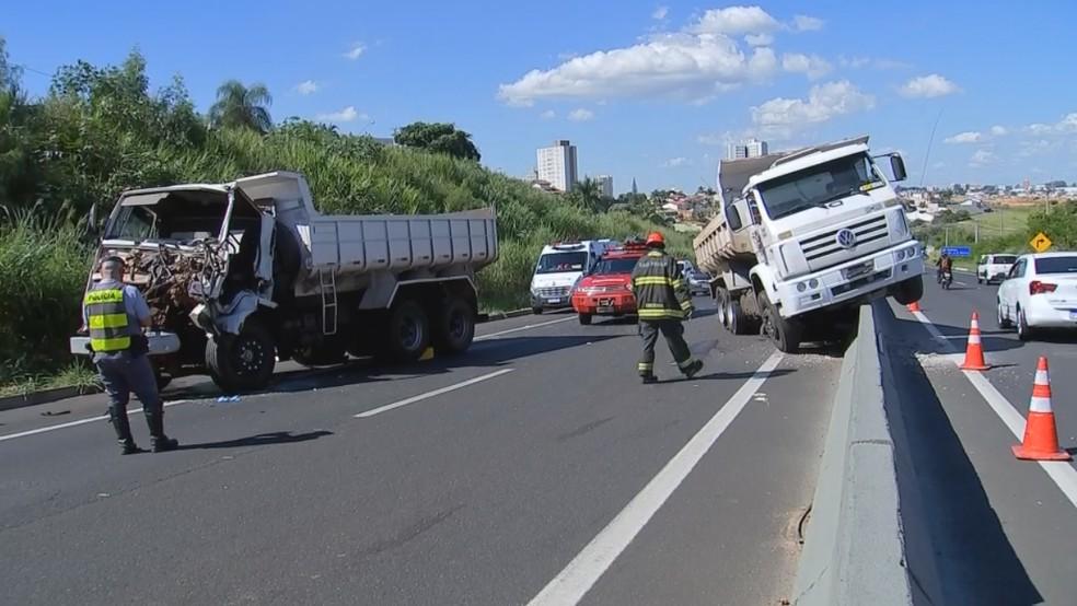 Motorista de um dos caminhões envolvidos no acidente em Marília foi socorrido ao HC — Foto: TV TEM/Reprodução