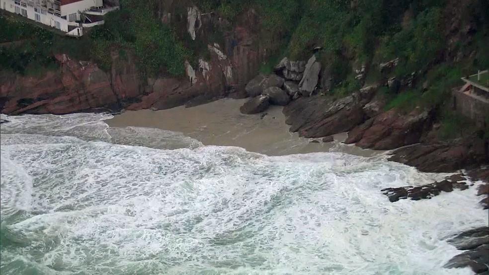 Praia da Joatinga desaparece na manhã desta sexta-feira com presença da ressaca no mar (Foto: Reprodução/TV Globo)