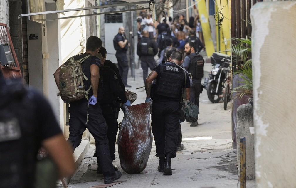 Policiais civis durante a operação no Jacarezinho, Zona Norte do Rio, na manhã desta quinta-feira (6) — Foto: Ricardo Moraes/Reuters