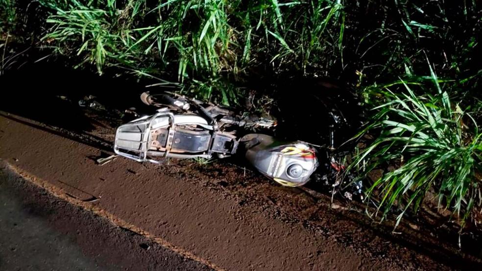Moto foi parar no canteiro da rodovia após o acidente. — Foto: PRE/Divulgação