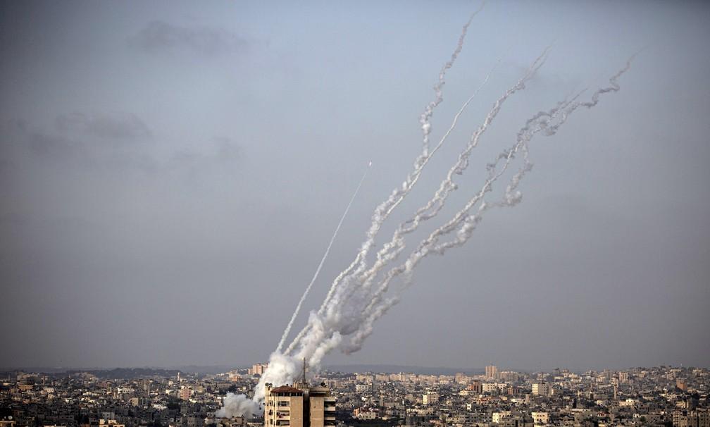 Mísseis são disparados por militantes do Hamas a partir da Faixa de Gaza em direção a Israel nesta segunda (10) — Foto: Khalil Hamra/AP