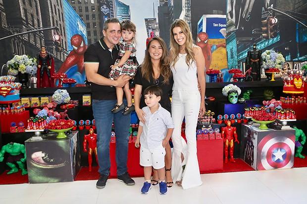 Karina Sato ao lado do marido Felipe realizaram festa de 4 anos para o filho Felipe, a decoração dicou por conta de Andrea Guimarães (Foto: Manuela Scarpa/ Brazil News)