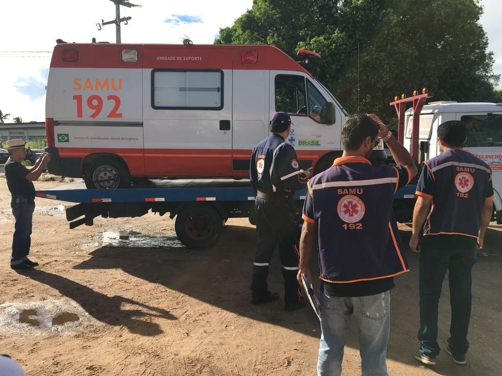 Ambulância do Samu quebrada é levada por guincho para conserto  (Foto: Paulo Martins/cedida)