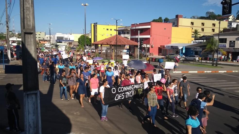 Em Cruzeiro do Sul, aulas foram suspensas e grupo caminhou pelo Centro  — Foto: Mazinho Rogério/G1